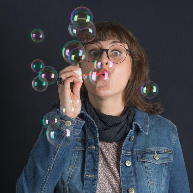 Dagmar Roiser mit Seifenblasen